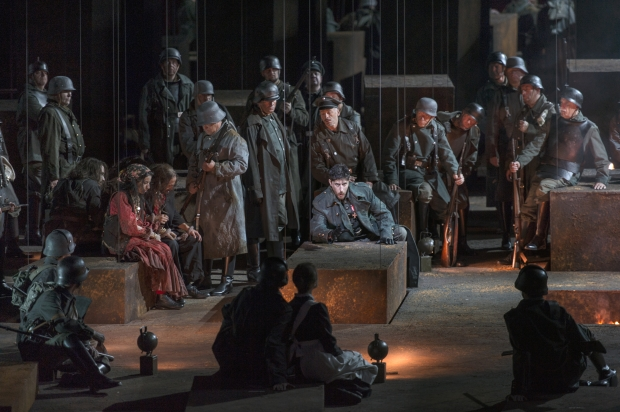 centraal: Roberto Tagliavini (Ferrando), Koor van De Nationale Opera