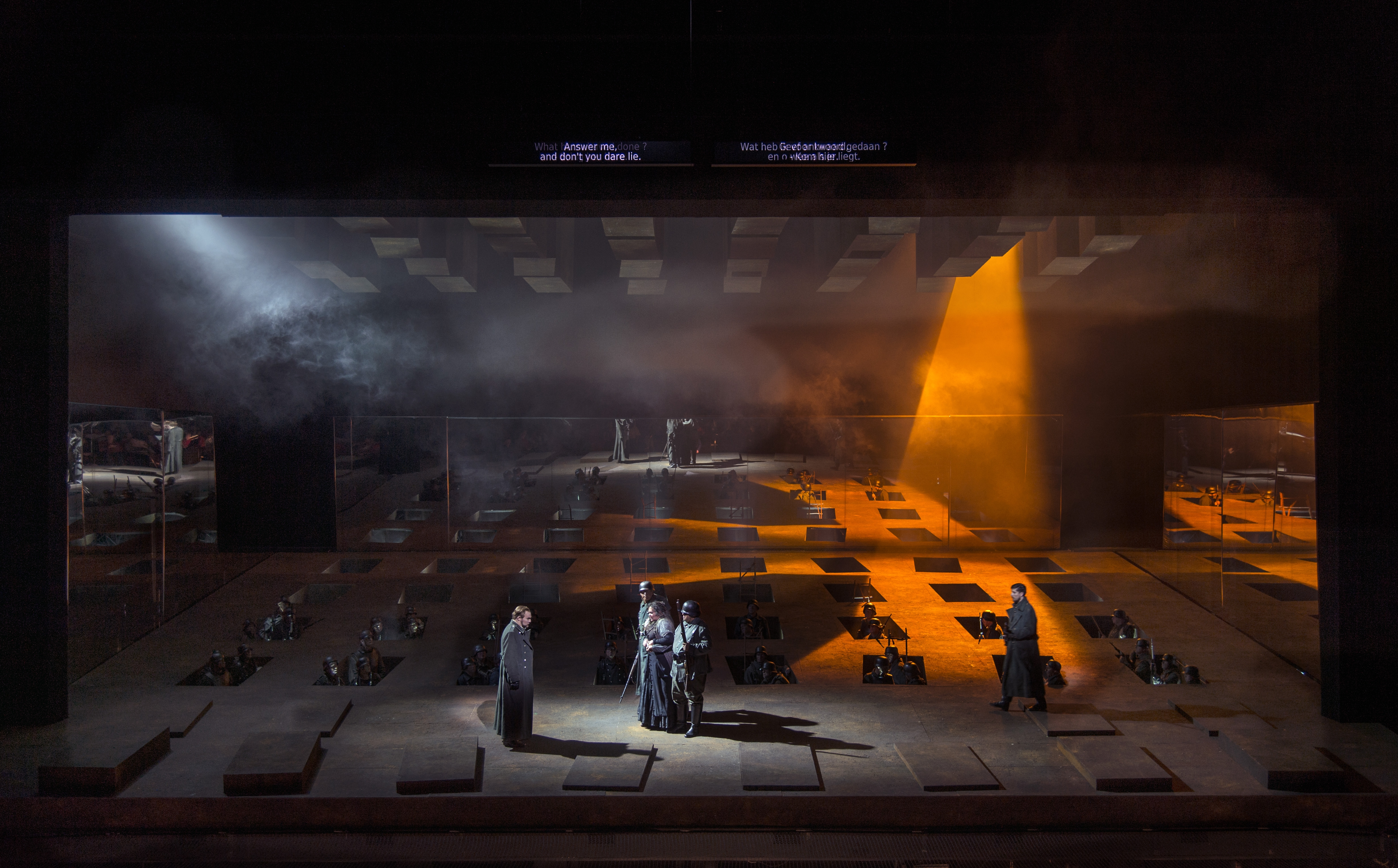 Scène uit 'Il trovatore' met solisten en Koor van De Nationale Opera