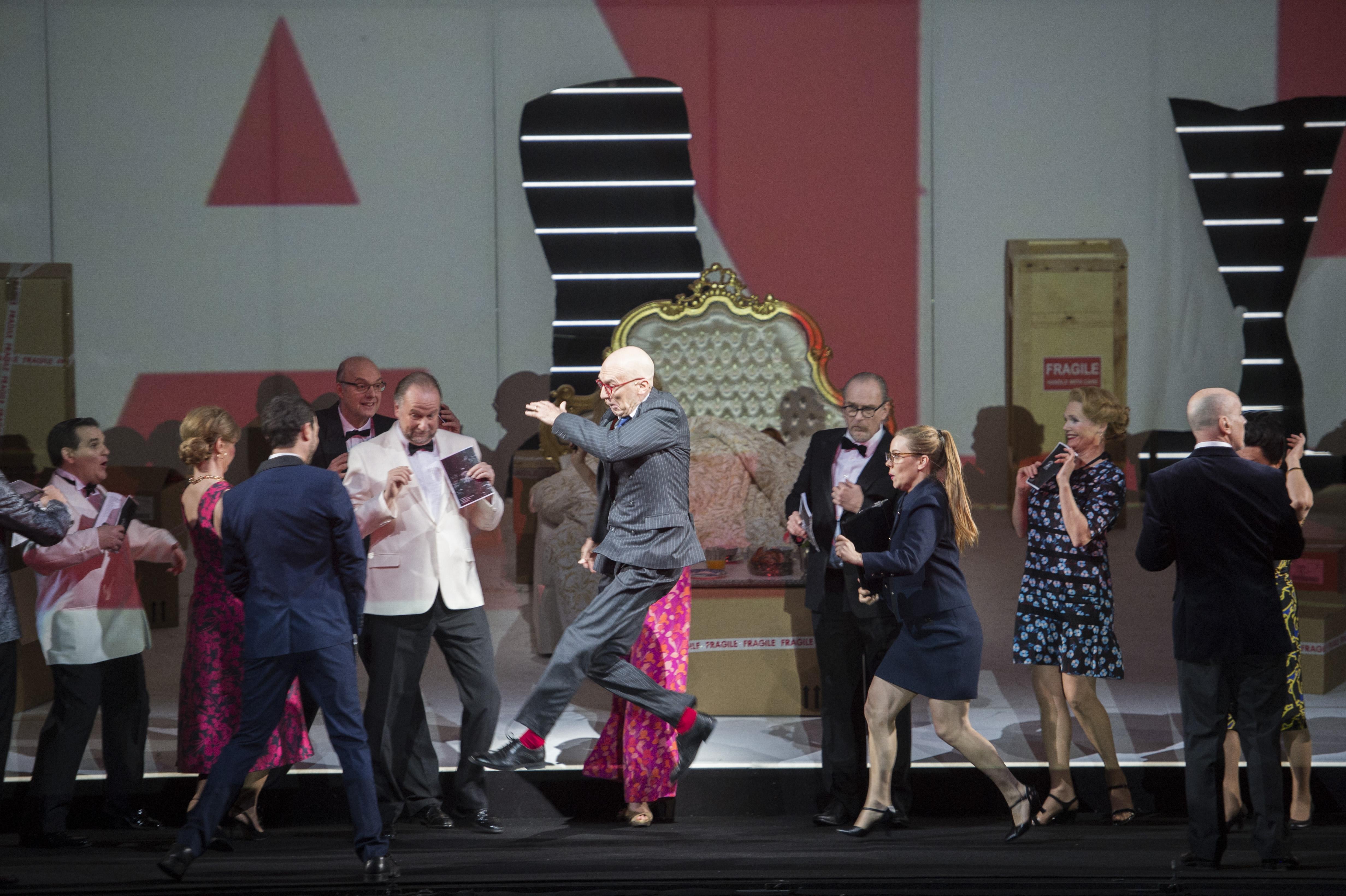 Voorgrond: Alan Oke (Sellem (veilingmeester)) en Koor van de Nationale Opera